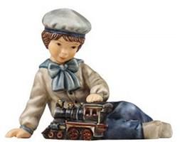 Figurka Chłopczyk bawiący sie parowcem 10 cm Goebel 66-873-89-4