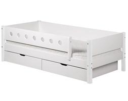Białe łóżko dziecięce z poręczami zabezpieczającymi i szufladami