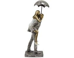 PARA - MĘŻCZYZNA NIOSĄCY KOBIETĘ Z PARASOLKĄ figurka, wys. 31 cm